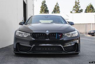 Acest BMW M4 arată incredibil prin simplitatea sa; Caroserie neagră și piese Vorsteiner