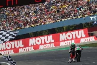 Niklas Ajo termină fantastic cursa de Moto3, evitând accidentul şi rulând pe genunchi (Video)