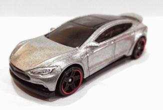 Cine vrea o Tesla Model S la preţ de un dolar? Hot Wheels au creat una pentru voi! (Video)