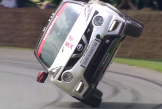 Nissan Juke RS Nismo stabileşte un record de rulat pe 2 roţi la Goodwood Festival of Speed 2015 (Video)
