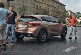 Nissan Infiniti Q30 fotografiat în Praga în timpul filmării unei reclame