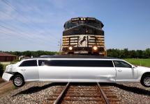 O limuzină blocată pe calea ferată este spulberată de un tren marfar; iată momentul impactului