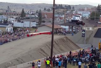 """Cascadorii cu camioane made in USA: un camion """"semi"""" zboară 50 de metri în aer (Video)"""