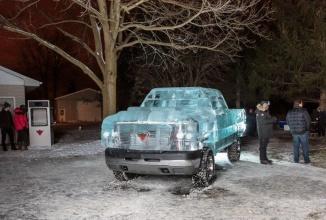 Un camion din gheaţă promovează brandul Canadian Tire şi am avea nevoie de el pe caniculă