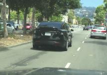 Tesla Model X se afișează pe străzile din California; sosește cu un pachet de senzori misterioși (Video)