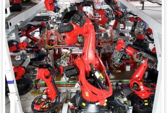 CEO-ul Tesla e îngrijorat cu privire la roboţii care vor cuceri lumea, dar producţia Tesla implică peste 500 de roboţi