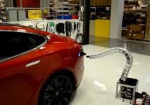 Tesla Model S alimentat cu un braţ robotic, ce aduce cu un şarpe metalic