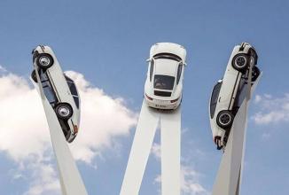 Porsche prezintă 3 generaţii de modele 911 în vârful unei sculpturi în Germania