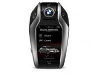 BMW Display Key este o telecomandă high tech pentru BMW Seria 7, cu comenzi pentru parcare de la distanţă