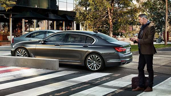 7-series-sedan-functionality-remote-parking-02
