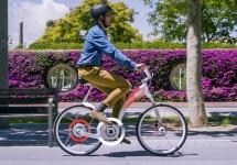 Bicicleta electrică Gi Flybike este un vehicul cu rază de 64 km şi care se pliază în doar 1 secundă (Video)