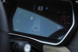 Funcţia de pilot automat Tesla primeşte aprobarea pentru utilizarea la nivel internaţional; Versiunea 1.01 primeşte un teaser