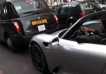 Cum să fii aproape de accident cu un bolid de 1.3 milioane de dolari: un Porsche 918 Spyder turat complet aiurea (Video)