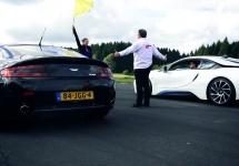 BMW i8 provoacă un Aston Martin V8 Vantage la o cursă de tip drag-racing