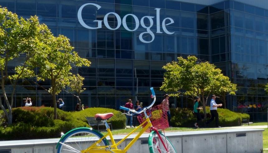 Brandon face duş şi ia prânzul la sediul Google.