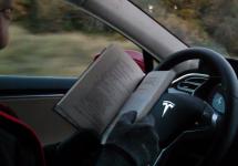 Şoferii Tesla nu înţeleg în deplinătate funcţiile de şofat autonom, se joacă cu viaţa lor la volan experimentând (Video)