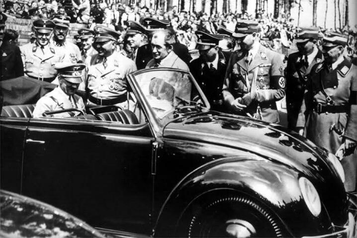 Hitler intr-un Volkswagen Beetle