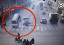 Cea mai ciudată cascadorie involuntară: un microbuz e ridicat în aer pe 2 roţi din senin (Video)