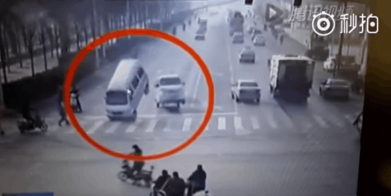 accident bizar automobil ridicat