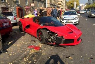 Un Ferrari LaFerrari are un accident stupid în Budapesta; Şoferul iese calm şi îşi aprinde un trabuc… (Video)