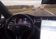 Cine e la volan? Răspuns: nimeni! Un şofer Tesla Model S stă pe scaunul din spate şi lasă modul Autopilot să îşi facă treaba (Video)