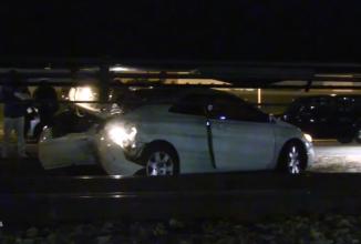 Un automobil Honda Civic rămâne blocat pe şinele de tren şi este lovit, dar cumva continuă să funcţioneze şi după (Video)