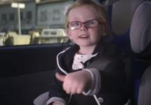 O fetiţă de 4 ani controlează un camion Volvo de mare tonaj de la distanţă: o super reclamă Volvo! (Video)