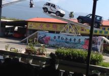 Două automobile se întrec în acrobaţii fantastice dându-se ca pe un balansoar (Video)