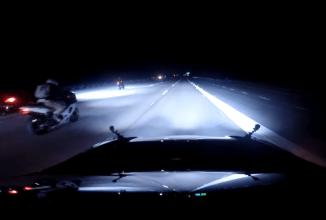 Când pisica nu-i acasă… fiul de 20 de ani scoate un Tesla P85D la curse cu camere GoPro montate la bord (Video)