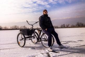 Drift de iarnă: iată cum face drifturi o tricicletă pe un lac îngheţat din România (Video)