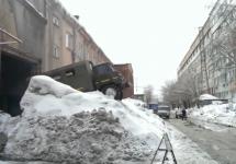 Cum să scoţi un mic camion din garaj când ai în faţă un morman imens de zăpadă (Video)