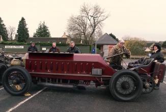 Mike Vardy este posesorul unui Fiat din 1905 ce vine cu motor de avion; mașina atinge 205 km/h