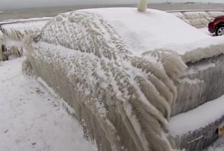 Un bărbat îşi lasă maşina lângă lacul Eerie, o găseşte cub de gheaţă şi devenită viral (Video)