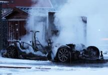 Un automobil Tesla Model S ia foc şi e mistuit în Norvegia, în timp ce realizează o încărcare Supercharger