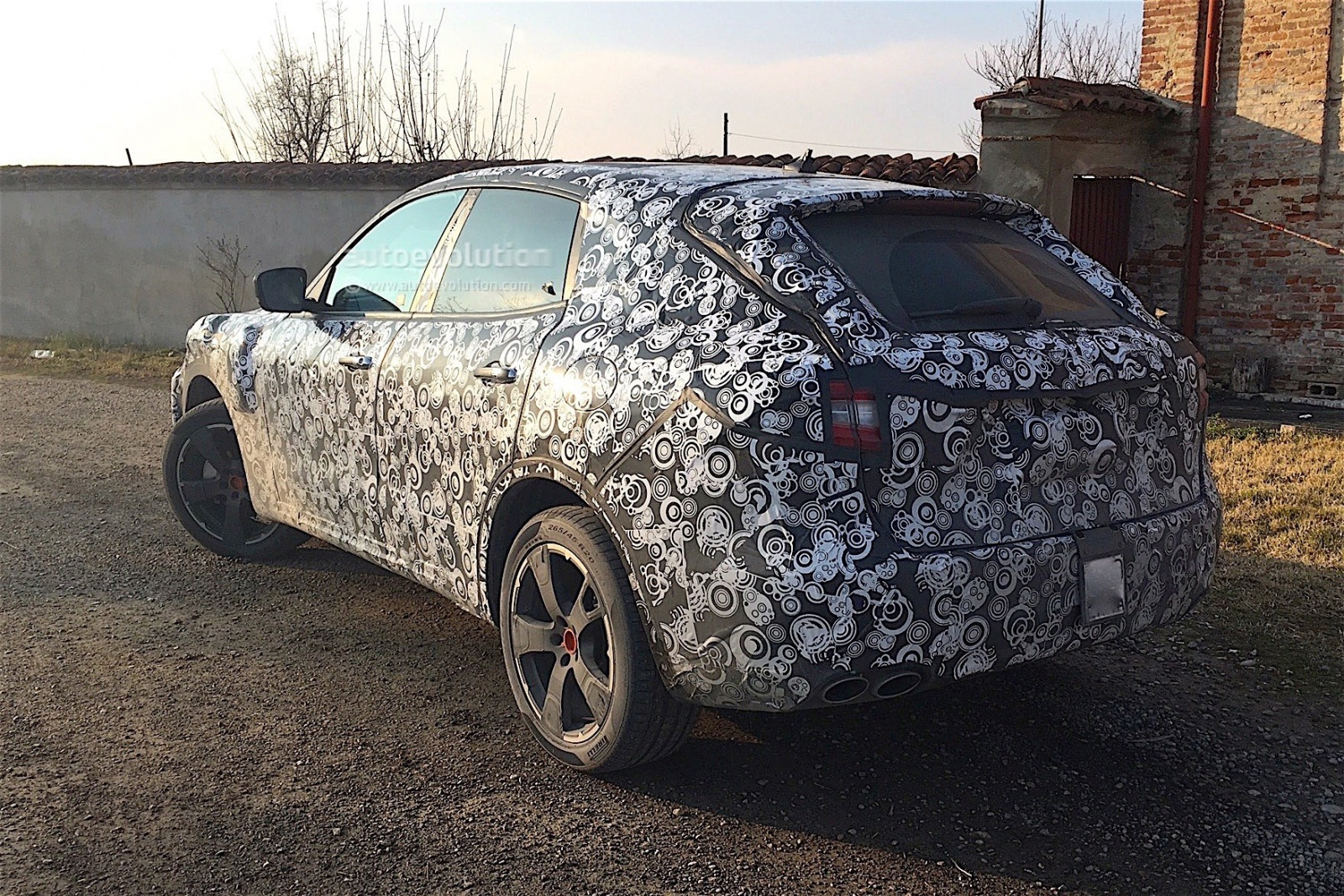 2017-maserati-levante-spied-with-less-disguise_2