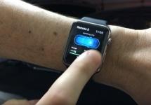Funcţia Summon care controlează automobilul Tesla de pe Apple Watch prezentată în faţa camerei (Video)