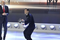 Un comediant britanic a ironizat Volkswagen la Salonul Auto de la Geneva, întrerupând discursul unui oficial VW