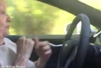 O bătrânică de 70 de ani face senzaţie pe web după ce se panichează la volanul unui Tesla Model S în mod Autopilot (Video)