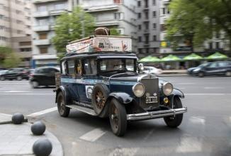 O familie care face înconjurul lumii de 16 ani cu maşina a ajuns şi în România; Călătoresc într-un Graham Paige de colecţie