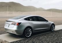 Tesla Model 3 fotografiat de presă la Gigafactory, mega întreprinderea Tesla din Nevada