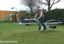 Un inventator trăznit de pe YouTube a creat bicicletă zburătoare, care chiar funcţionează! (Video)