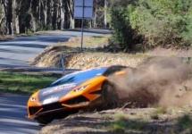 Un Lamborghini Huracan face o cascadorie pe 2 roţi, ridicându-se în viteză peste un morman de pietriş (Video)