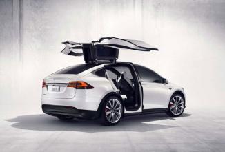 Tesla Model X are probleme grave: blochează portierele din senin sau nu le închide cum trebuie, plus multe alte buguri