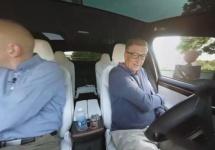 Bill Gates conduce un Tesla Model X în vreme ce participă la un interviu filmat la 360 de grade