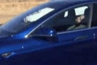 Un şofer de Tesla Model S surprins dormind ca un prunc cu maşina în mod Autopilot pe şosea; Iată-l în acţiune! (Video)
