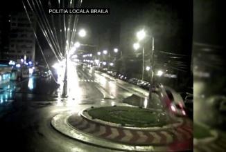 O maşină plonjează impresionant peste sensul giratoriu de la Kaufland, în Brăila (Video)