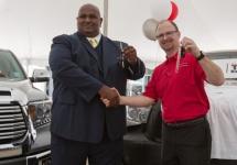 Toyota răsplătește un posesor de Tundra cu un automobil nou-nouț; în 9 ani acesta a parcurs 1.690.000 km
