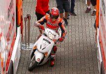 Pilotul MotoGP Marc Marquez pleacă spre boxe pe un scuter în timpul calificărilor pentru Marele Premiu al Olandei