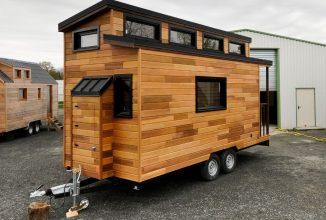 O franţuzoaică de 28 de ani a construit o casă din lemn pe roţi ce costă 16.000 de euro şi arată superb (Video)