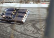 Jay Leno se dă într-o maşină nervoasă de 2500 de cai putere şi face o cascadorie involuntară, rostogolind bestia (Video)